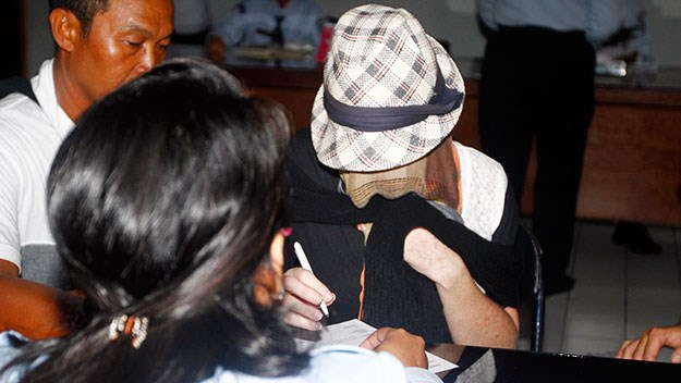 Schapelle took pains to keep her ring finger hidden from the media yesterday.