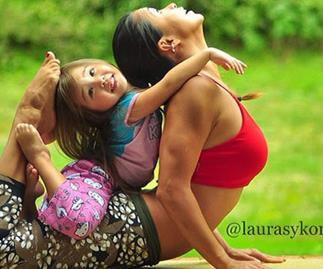 Yoga mum's amazing family photos go viral