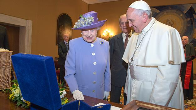 Queen Elizabeth exchanges gifts with Pope Francis