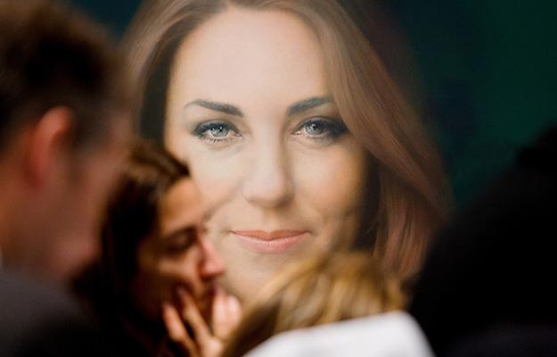 A glimpse of Paul Emsley's official portrait of Kate when it was unveiled at the National Portrait Gallery in London.