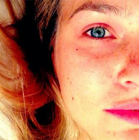 Leonardo DiCaprio's ex, Bar Refaeli showed off her fabulous freckles is this natural snap.