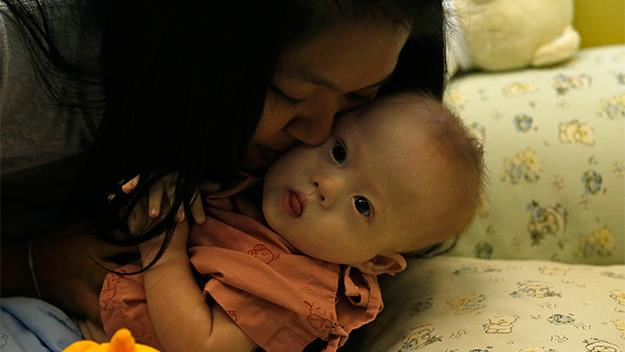 Surragate mother Pattharamon Janbua, 21, kisses Gammy