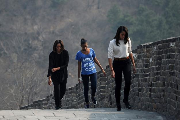 US First Lady Michelle Obama walks with her daughters on the Great Wall of China.