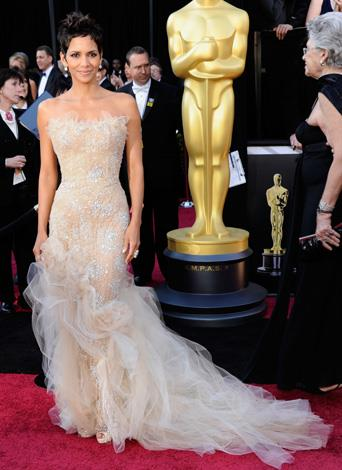 The actress highlighted her amazing figure with this dazzling gown by Marchesa at the Oscars in 2011.