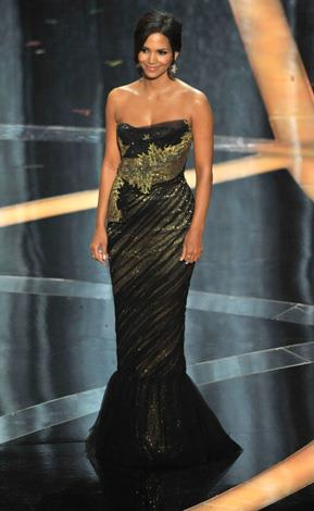In 2009 the actress was breath taking in this lustrous lamé and tulle strapless gown from Marchesa.