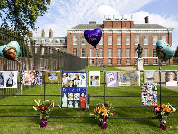 Tributes are pictured outside Kensington Palace marking the 17th anniversary of Britain's Princess Diana's death in London on August 31, 2014.