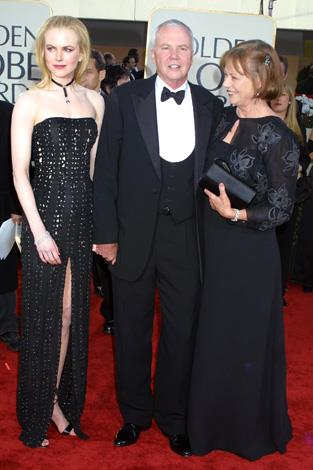 Nicole Kidman with her father and mother Janelle on the red carpet of the Golden Globes in 2002.