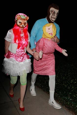 Funny couple Isla Fisher and Sacha Baron Cohen got creative when they attended a Halloween party in these interesting costumes.