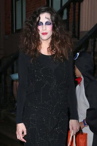 Liv Tyler still manages to look smokin' as a Zombie!