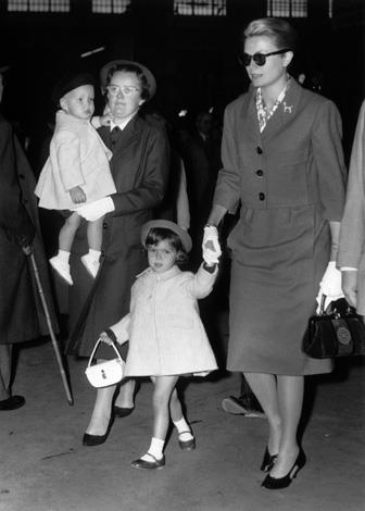 1959: Princess Grace of Monaco arrived at the Lyon train station in Paris with her two children, Princess Caroline, then aged 2, and Prince Albert, in the arms of his English nurse.