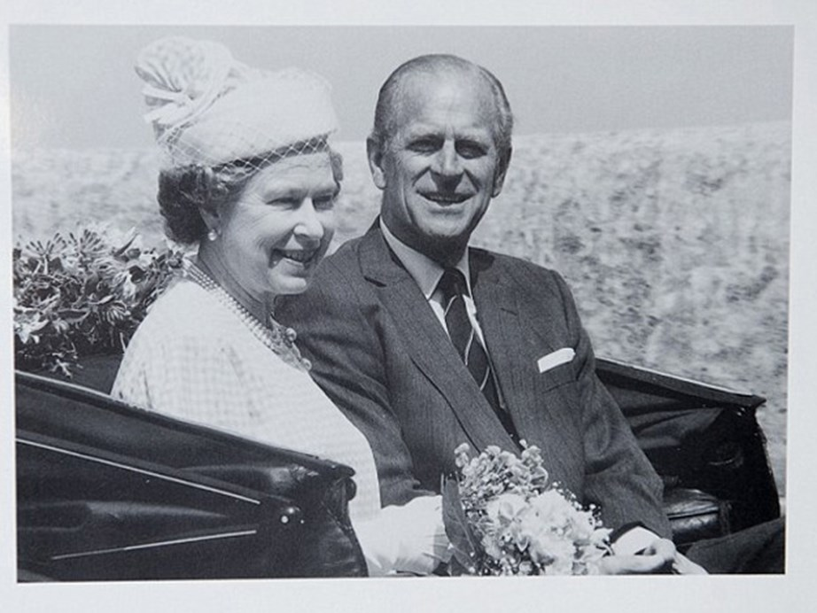 The Queen and Prince Philip looked as regal as ever in their 1989 card.