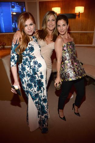 A very pregnant Isla Fisher and Jennifer Aniston.