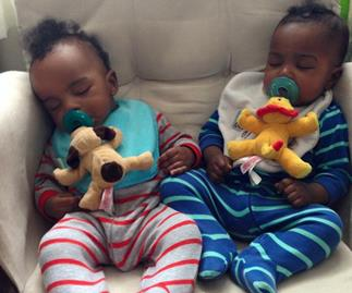 Parents of twins charm plane passengers with thoughtful gifts