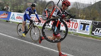 Cyclist shows amazing sportsmanship