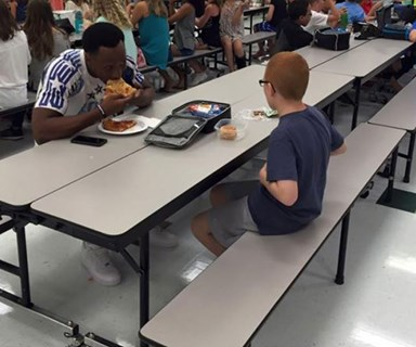 Football player eats lunch with lonely boy, goes viral
