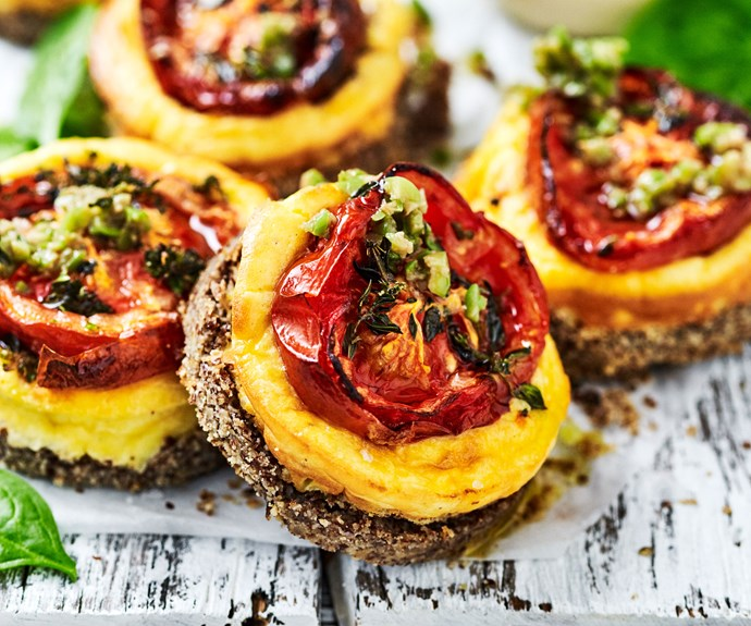 Tomato cheesecakes with green olives
