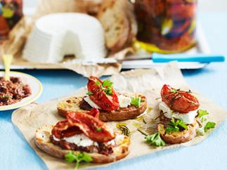 Bread crisps with confit tomatoes