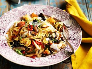 Spaghetti with mushrooms and breadcrumbs