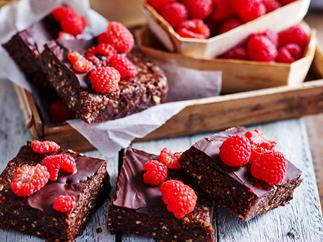 Date and raspberry raw brownie