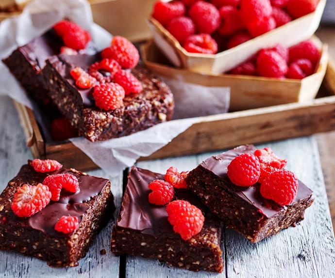 Date and raspberry raw brownie
