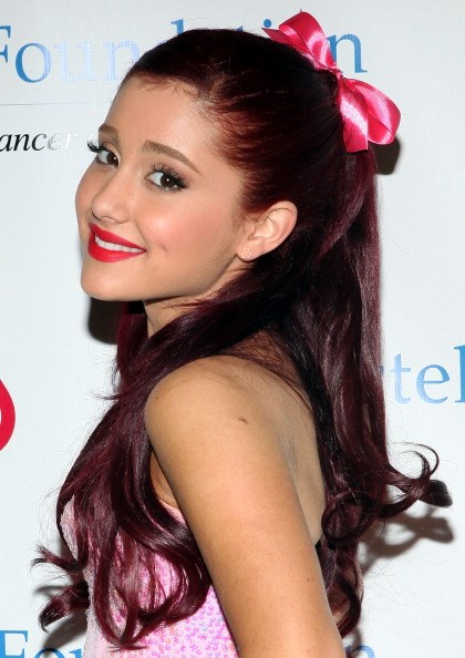 Ariana got all tonal in red and pink and it was a beautiful thing.