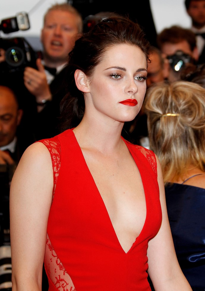 Chris de Burgh would lose his s*** over this lady in red. THOSE. LIPS.
