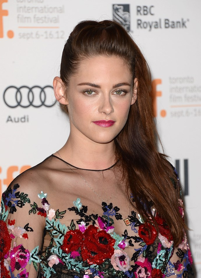 … And then the opposite. K-Stew rocks a milk-bottle complexion beautifully with neutral eye makeup and a pink lip – letting her embellished dress do all the talking.