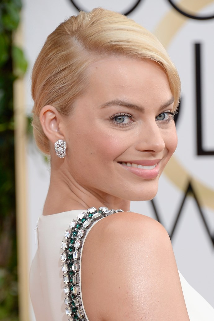Margot proves you can wear a minimalist makeup palette without hearing, 'Are you sick?'. The key? A nude lipstick with pink undertones.