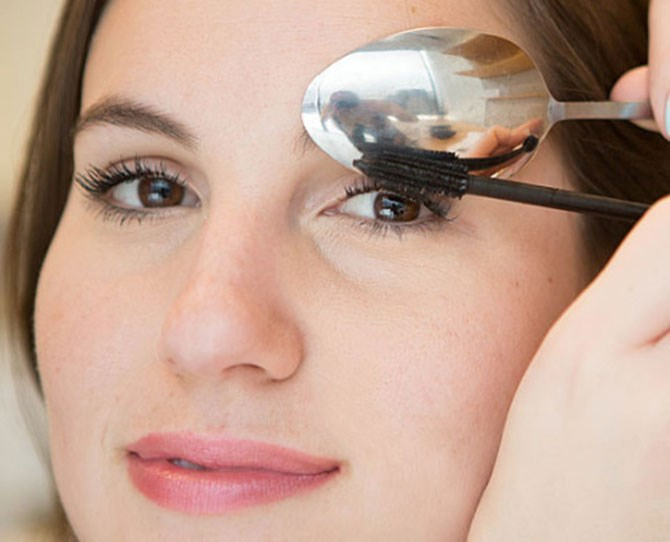 6. Use that same spoon to avoid mascara marks on your upper eye lid. Hold the spoon so it's hugging your eyelid, and then apply your mascara like you normally would. As you sweep the mascara wand against your lashes and back of the spoon, watch as the residue coats the back of the utensil rather than your skin.