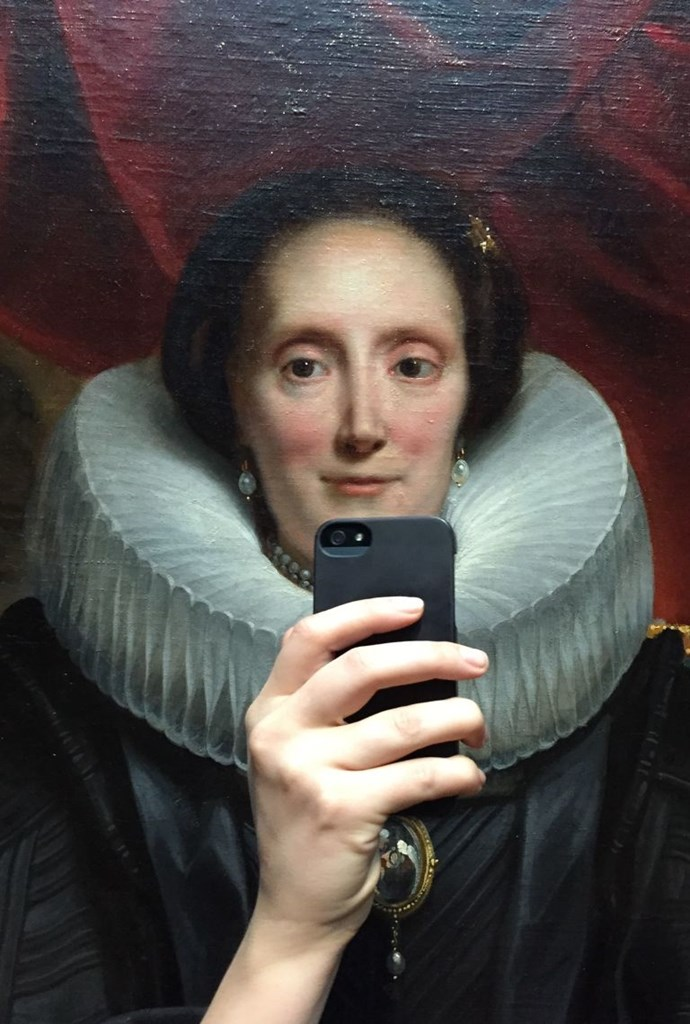But first... Let me take a selfie (of my frill-neck collar.)