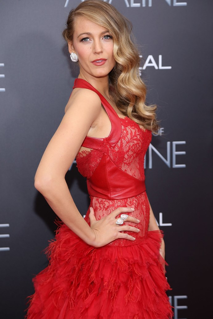 Looking FIERCE in her statement red gown, Blake masters the yin and yang of her look with soft, romantic, side-swept curls.