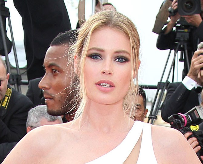 Doutzen Kroes' eyes are ~seriously smokey~. Make like her and swap black eye shadow palette for scorching hot charcoal and grey shades.