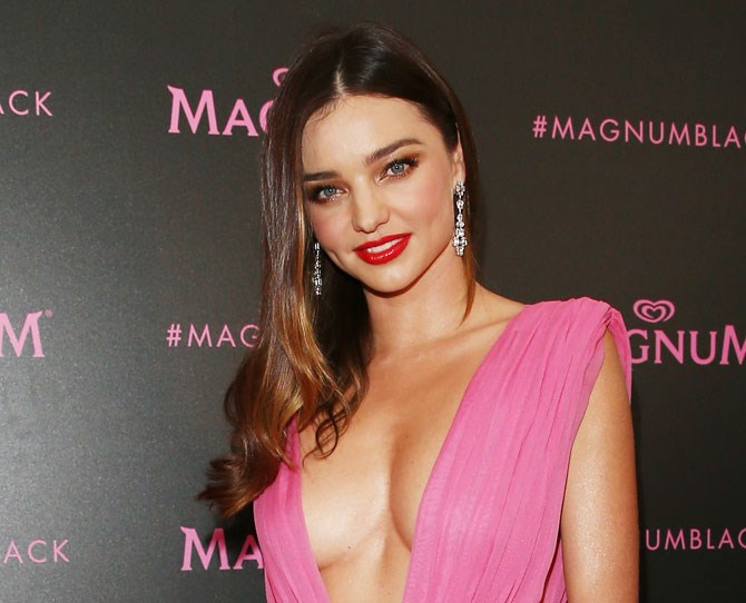 The only thing that's missing in our lives right now is Miranda Kerr's copper eye shadow. Mkeup bag sharesies? #FaceGoals
