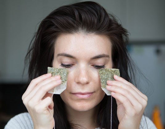 **9. Use cold green tea bags to decrease puffiness under your eyes.** The quickest way to de-puffing and tightening your under-eye skin is to apply a cold, caffeine-based product, like two cold green-tea bags, under your eyes for five or six minutes.