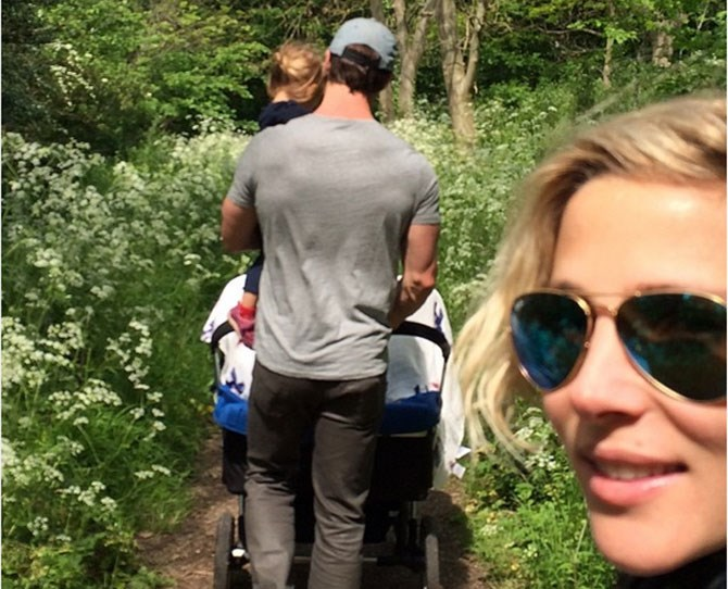 And thank YOU, Elsa Pataky for showcasing this adorable picture of your husband being an awesome dad/owning an incredible back.