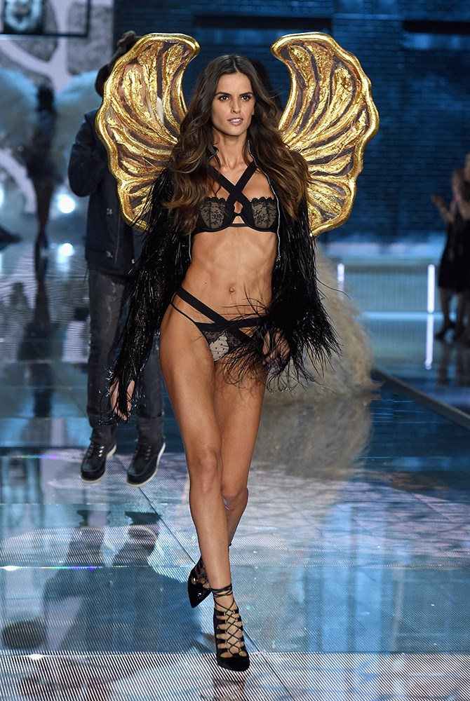Izabel Goulart is so taut it's killing us over here. Gold wingage game = strong.