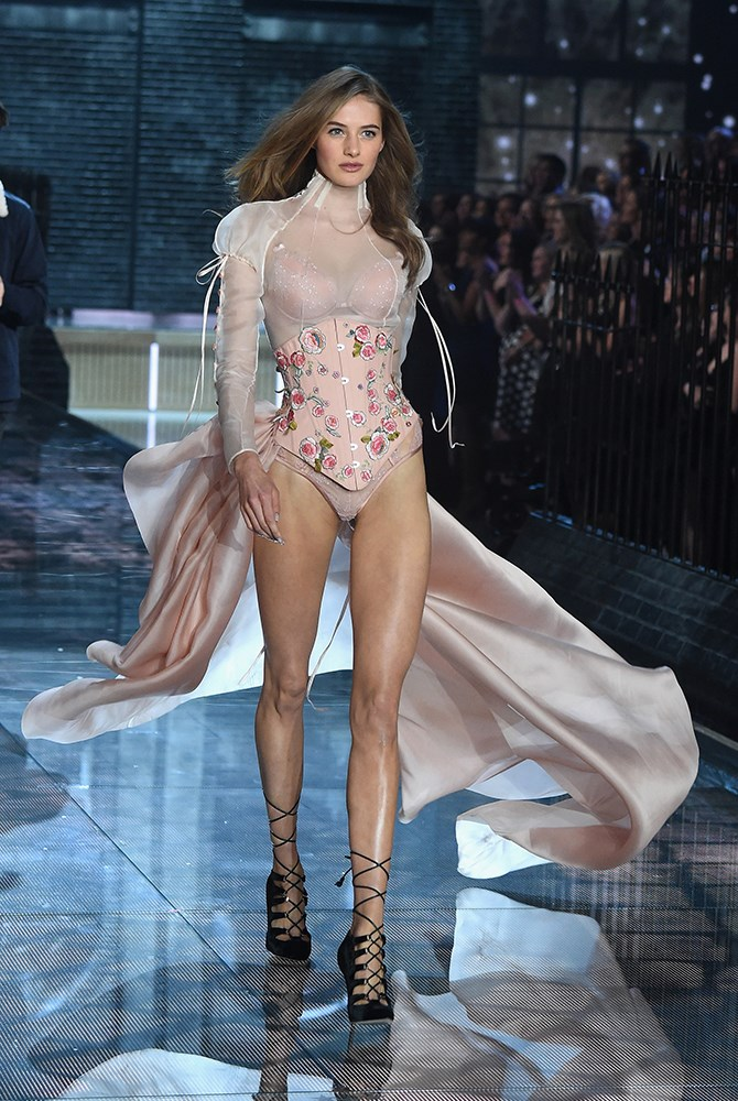 Sanne Vloet looks pretty as a picture in this romantic, soft pink ensemble