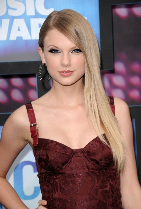 **JUNE 9, 2010** At the 2010 CMT Music Awards, the first event where she wore her hair straight.
