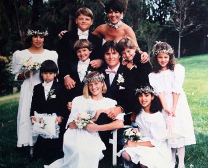 "Kourtney, Rob, Kim, and Khloé pose with Bruce's four kids from his first two marriages during his and Kris's wedding, [as shared by Khloé](https://instagram.com/p/nDuw1ahRlF/|target=""_blank"") to celebrate their anniversary."