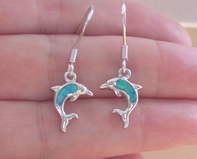 **20. Random dolphin jewellery**  The necklace + bracelet + earrings = the trinity.
