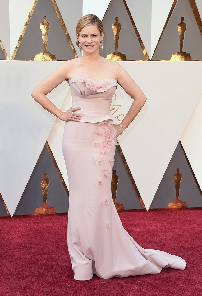 Jennifer Jason Leigh wore a super figure-hugging pastel pink gown that's quite old-school Hollywood, if we do say so ourselves.