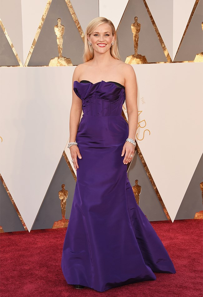 Oh look, Reece Witherspoon in another strapless, pop coloured, plain dress. ZZZZzzzzz.