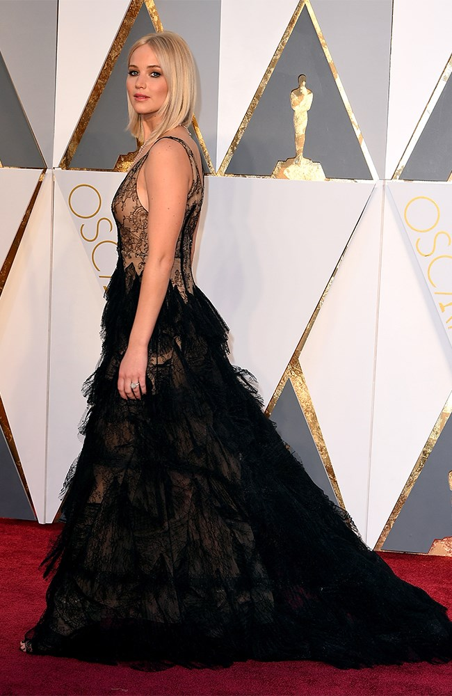 And HOLY HELLS BELLS it is even better from the side! And her straight hair is so sleek and gorg. Oh, J-Law.