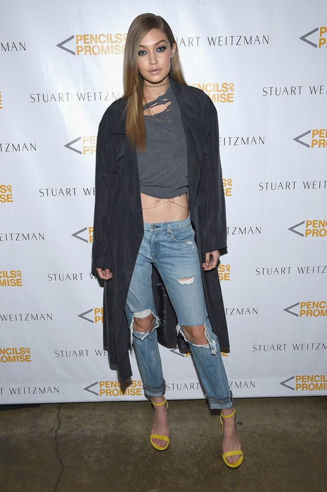 Gigi rocked her edgier side in this ripped jeans and tee combo, showing off some next level flat-pack type abs in the process. The whole look was made all the more ~sexy~ with a dainty body chain hanging over her skin and a dark smokey eye. Slay, girl, slay!