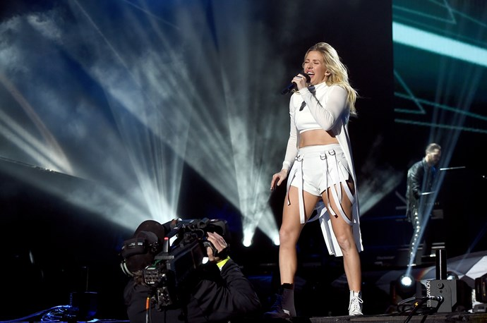 Ellie Goulding gave an epic performance in an even more epic outfit.