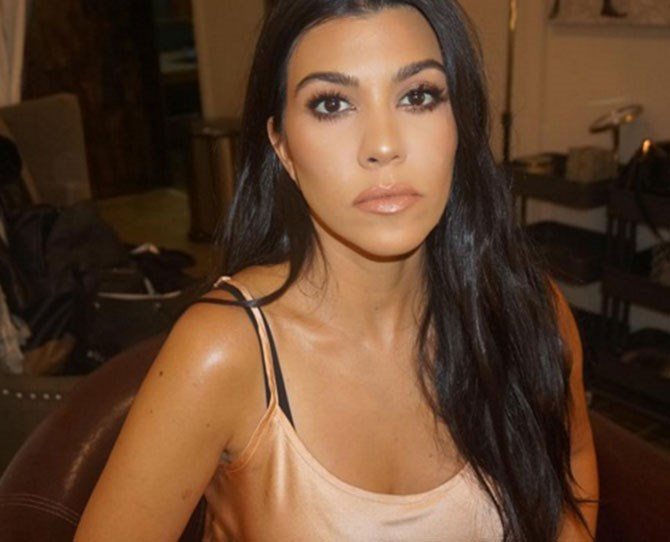 The Kardashians are not ones to shy away from new beauty trends. TBH, they're the ones who normally get the rest of us hooked. I mean, did anyone *really* contour before Kim, or overline their lips before Ky? Nah. The latest craze is from Kourt, who took to Snapchat to document one of her latest photoshoots, which included some pretty hot bum contouring.