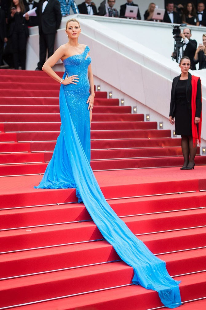 """Like we said, that bump was growing in front of our eyes! This stunning blue gown showed off her little pregnancy """"pop"""" so perfectly we had to pick our jaws up off the floor."""