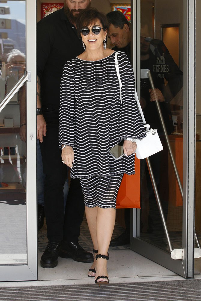 When she touched down in Cannes she was giving us all of those mum vibes in this capri-pants-and-matching-top combination. Kris Jenner is on holiday's, y'all and that calls for stretchy pants!!!
