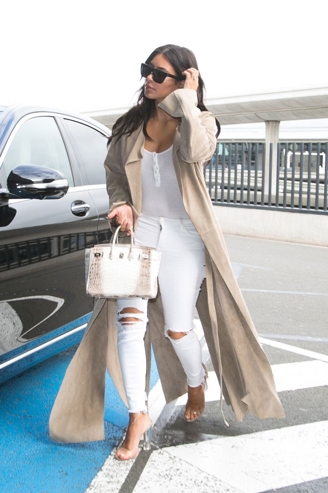 Kimmy looked so fresh in white ripped jeans and a white top layered with a beautiful beige duster coat as she arrived in Paris last week. Even her bag matches the whole thing perfectly.