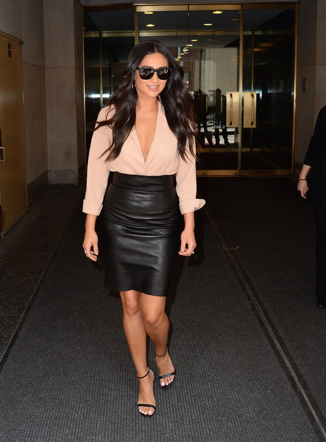 She knows how to show off her best assets, and this figure-hugging leather skirt is doing just that.